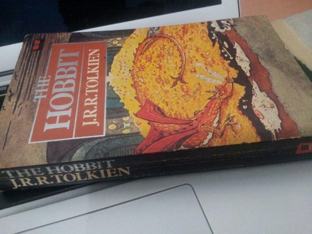 The Hobbit oleh JRR Tolkien, terbitan Unwin edisi keempat tahun 1983
