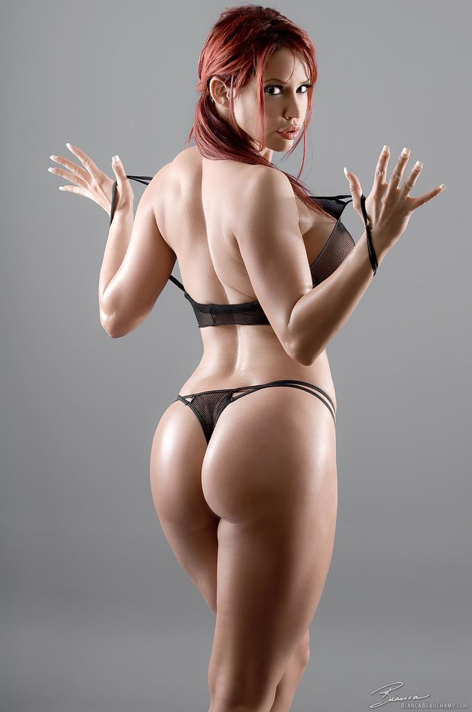рыжая бестия в микро бикини фото