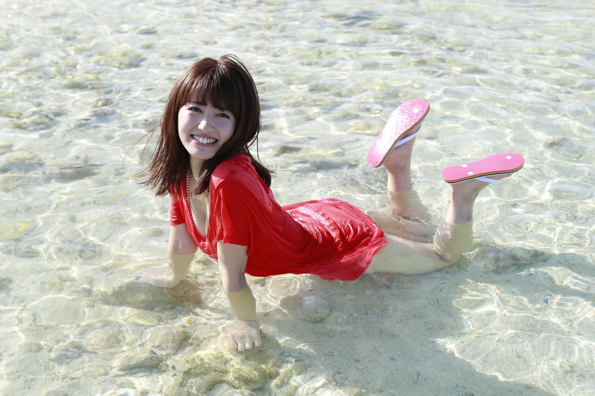 海につかる逢田梨香子